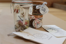 Glas, Papier, getrocknete Pflanzen, Stempel...