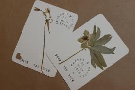 """unsere """"Save the dates"""" mit verschiedensten getrockneten und gepressten Pflanzen"""