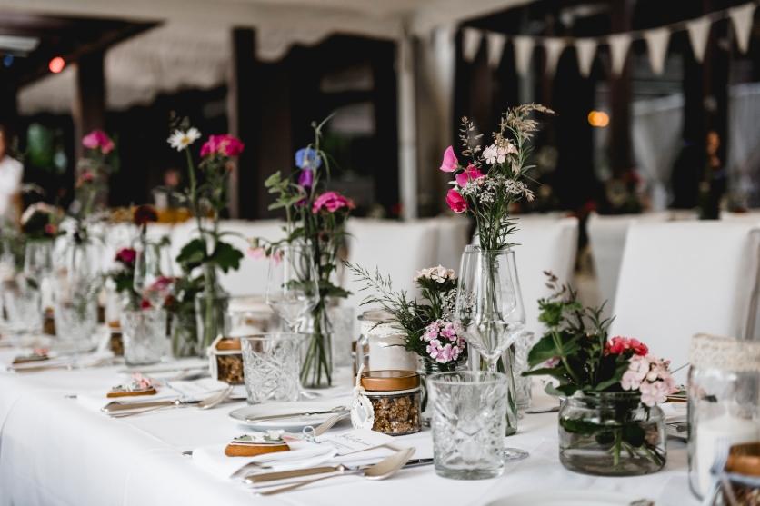 Tischdeko mit Blumen vom Hügel