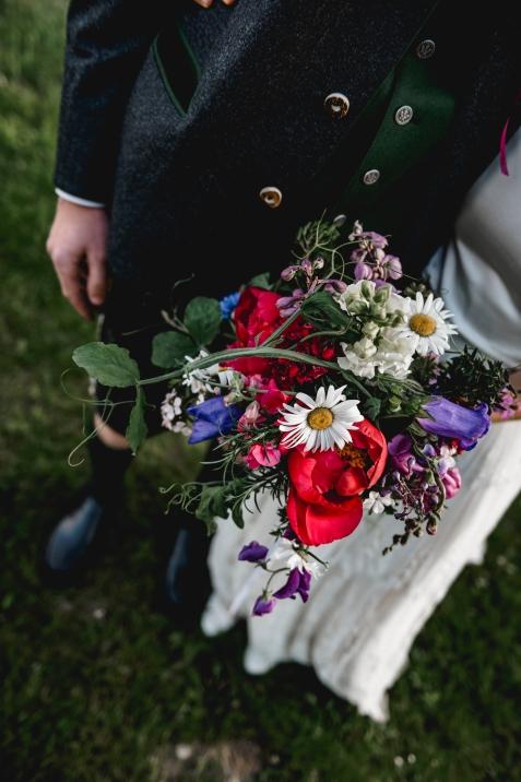 der Brautstrauß als perfekte Kombination zum Trachtenoutfit
