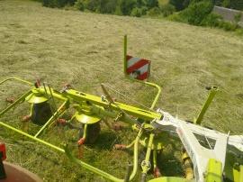 Beim Kreiseln wird das Gras gewendet und verteilt.