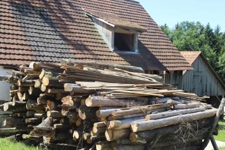Das Brennholz lagert vor dem Hackschnitzellager.